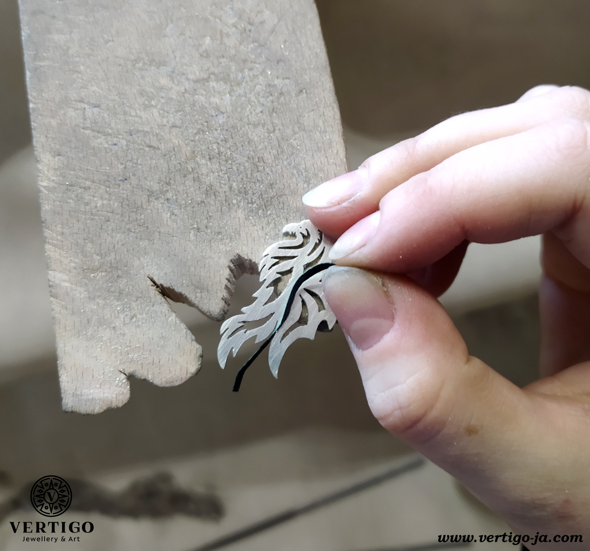Szlifowanie papierem ściernym ścianek zawieszki gryfa