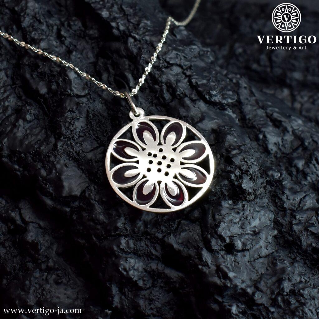 Srebrna zawieszka w kształcie okrągłej kwiatowej mandali z fioletowa żywicą
