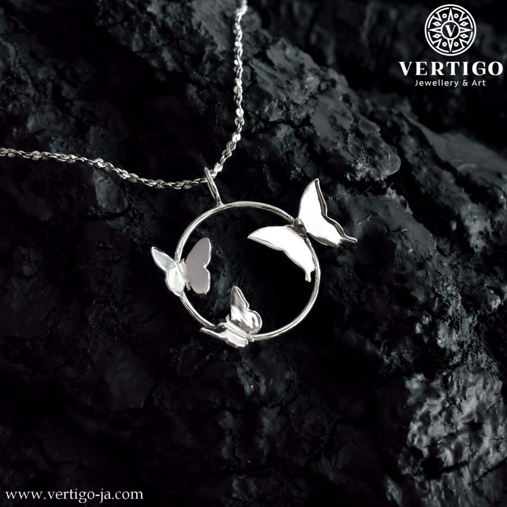 Wisiorek z 3 motylami na okrągłej obręczy - polerowana srebrna zawieszka