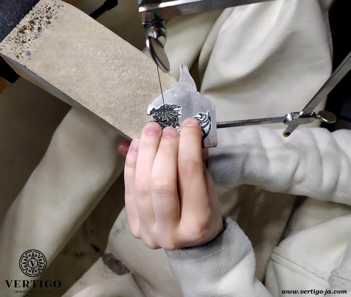 wycinanie zawieszki w srebrze piłą włosową na gesztelce