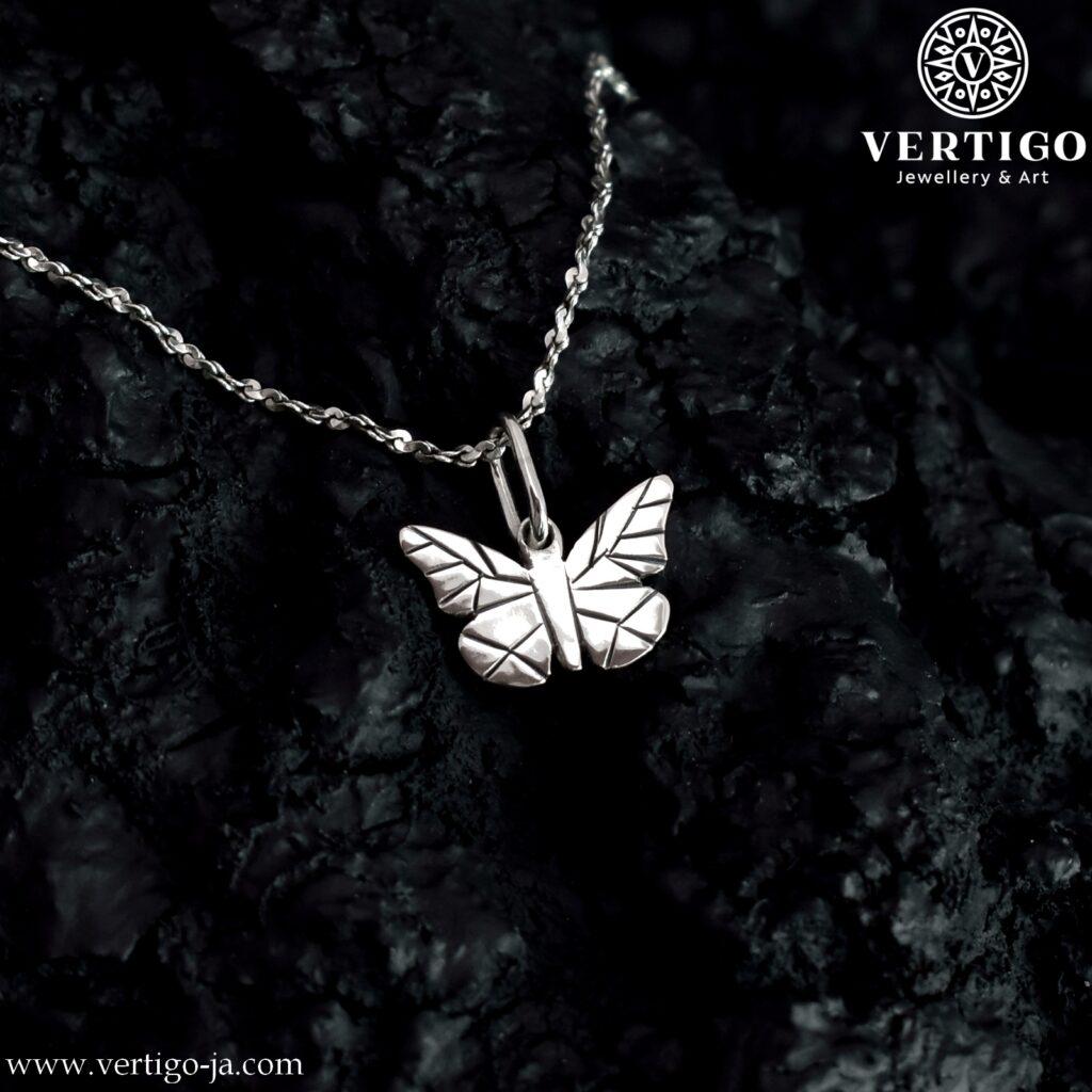 Srebrny motylek - wisiorek z czarnym wzorem na skrzydłach. Polerowana zawieszka