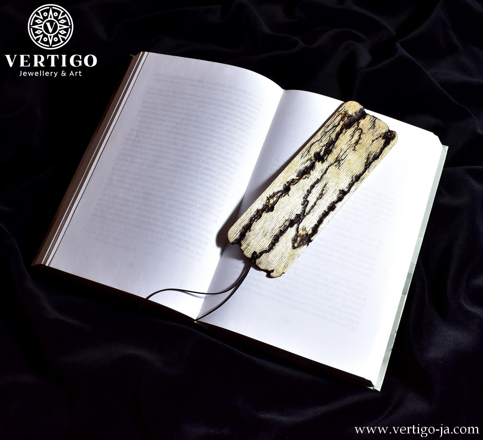 Drewniana zakładka do książki z figurami Lichtenberga - wypalana metoda Lichtenberga. zakończona skórzanym cienkim rzemykiem