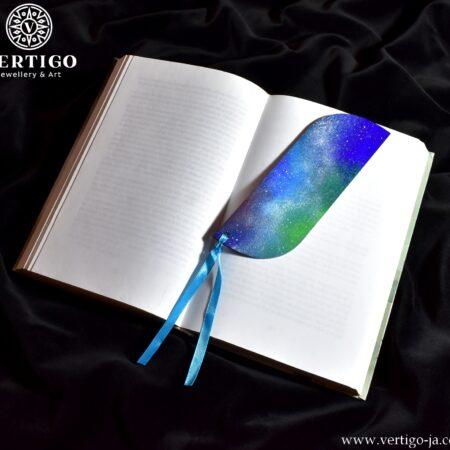 Kolorowa, drewniana zakładka do książki z mgławicami - Kosmos. Niebieska wstążka.