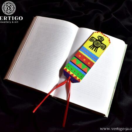 Drewniana, ręcznie malowana zakładka do książki z kolorowym indiańskim motywem i czarnym symbolem ptaka. Czerwona wstążka.