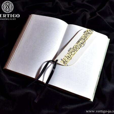 Ręcznie malowana, drewniana zakładka do książki z nutami na złotej 5-linii na białym tle. Czarna wstążka.
