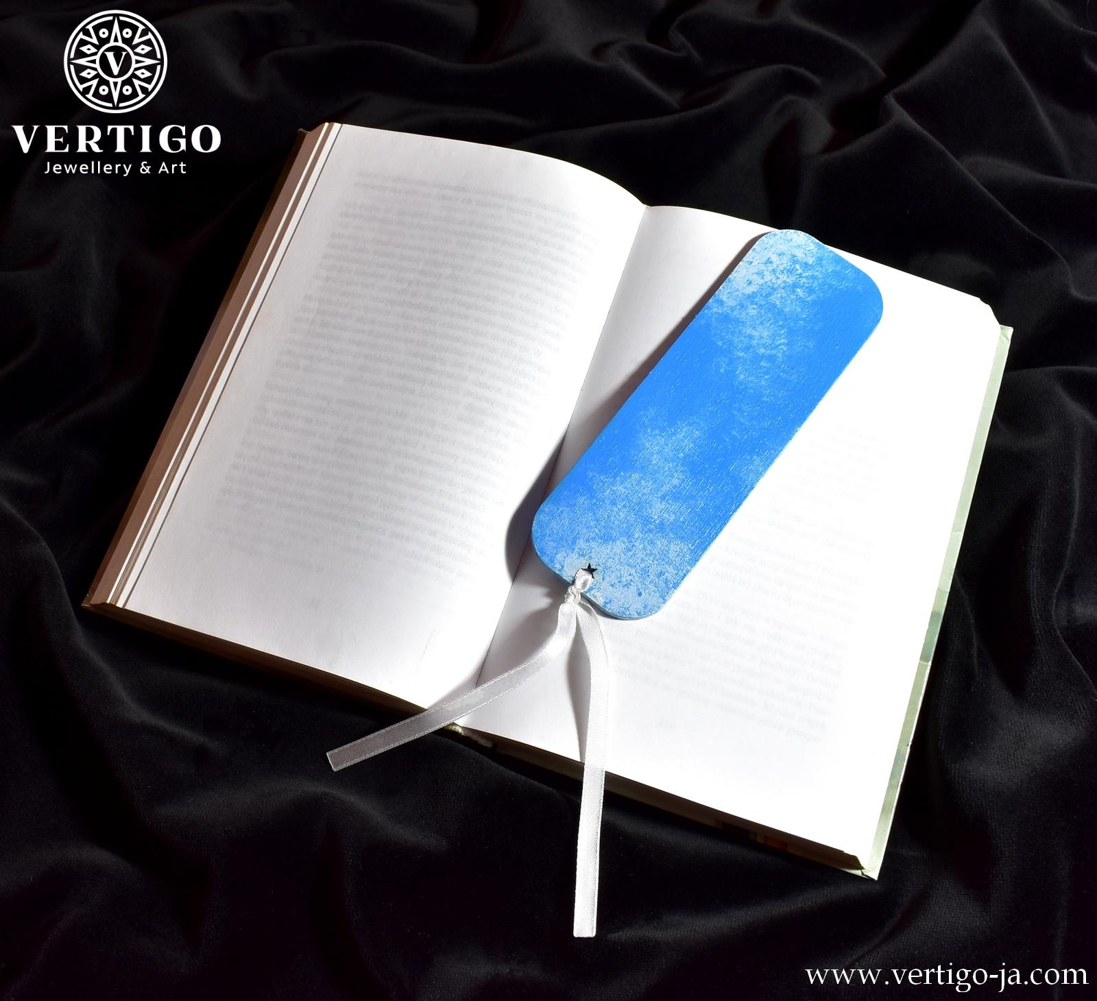Drewniana zakładka do książki z błękitnym niebem z delikatnymi białymi obłoczkami. Ręcznie malowana.