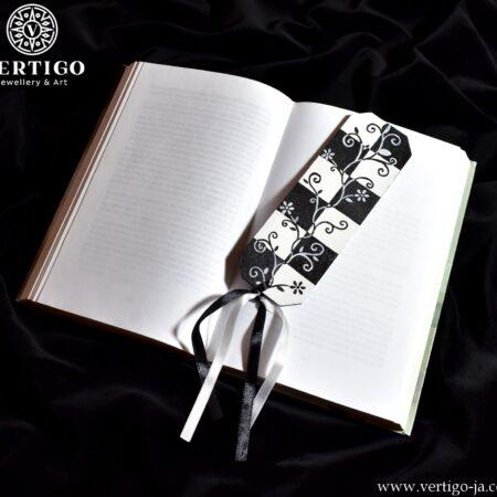 Drewniana ręcznie malowana zakładka do książki z szachownicą i motywem kwiatowym. Czarno-białe wstążki.