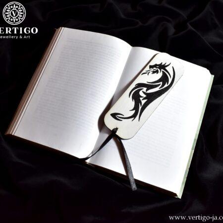 Biała, drewniana zakładka do książki z czarnym tatuażowym smokiem i czarną wstążką. Ręcznie malowana.