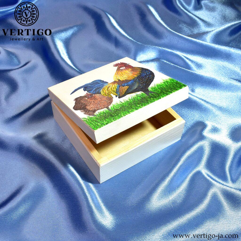 Drewniane pudełko z ręcznie malowana kura i kogutem - boki pudełka białe, środek z naturalnego drewna