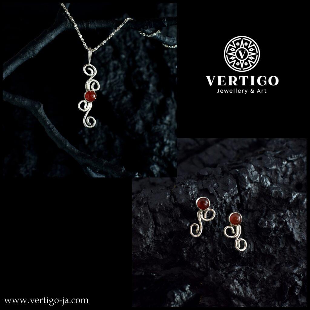 Srebrny (Ag0,925) komplet damskiej biżuterii z karneolami ozdobionymi organicznymi zawijasami - kolczyki i wisiorek