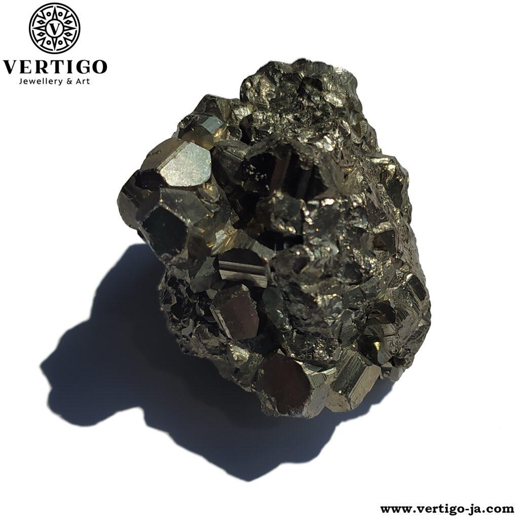 Piryt - skupienie dwunastościennych kryształów naturalnego pirytu
