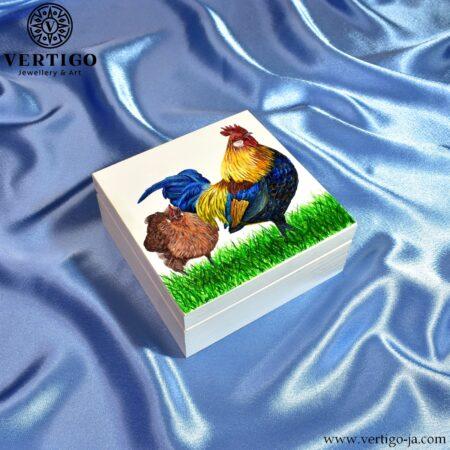 Pudełko z kurą i kogutem - ręcznie malowane, drewniane - boki pudełka białe, środek naturalne drewno