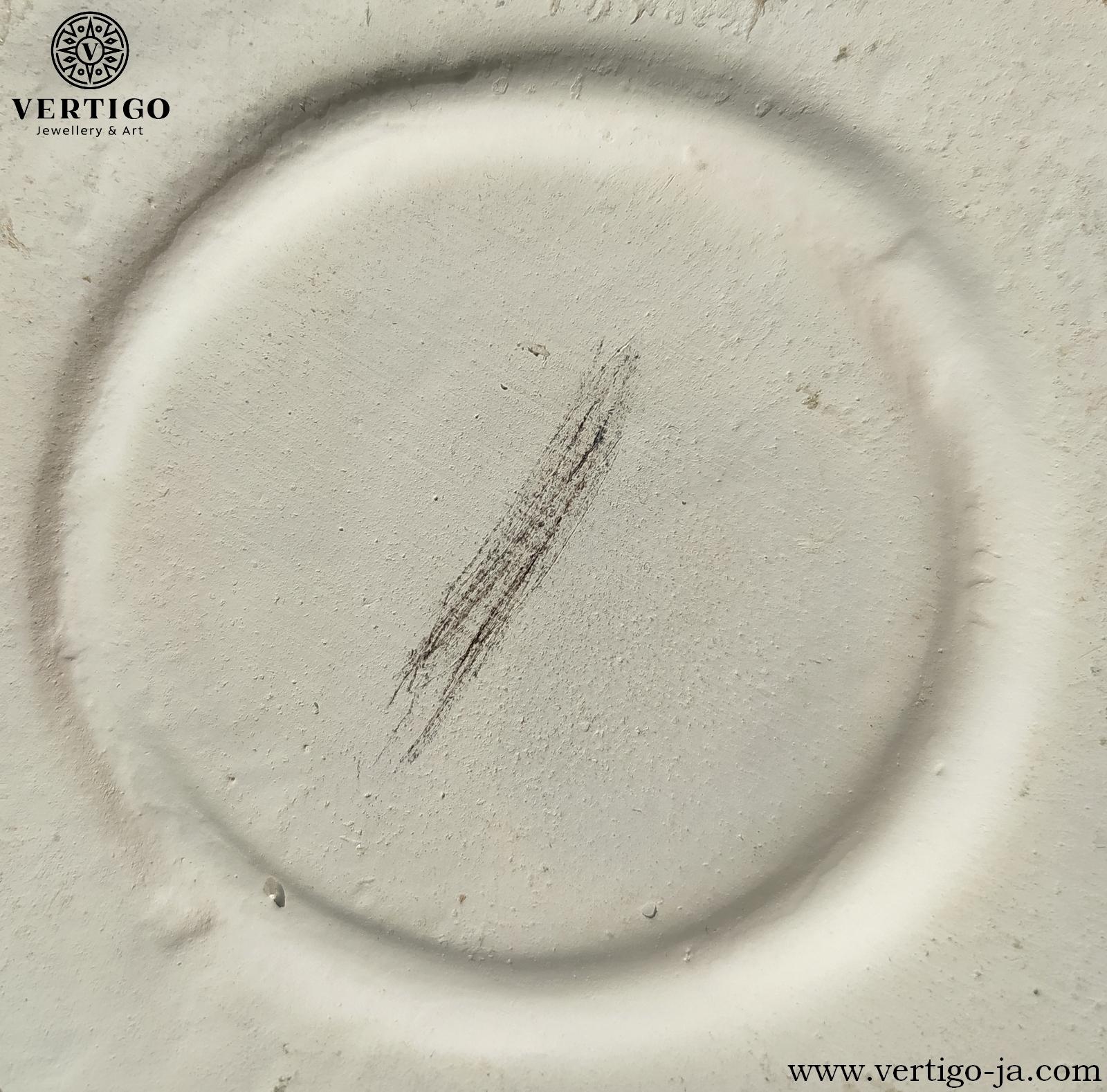 Rysa pirytu na nieszkliwionej porcelanie - piryt ma od czarną lub zielonkawoczarną