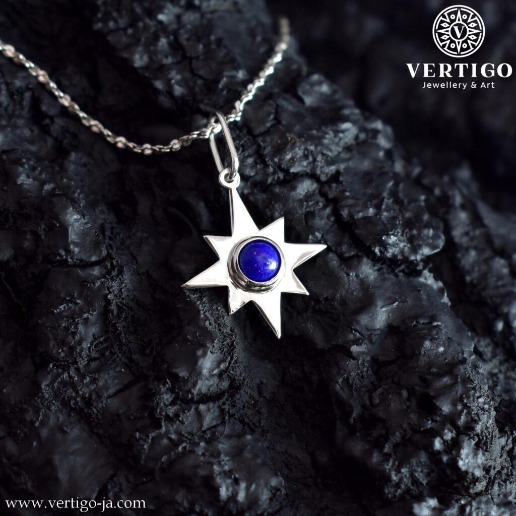 Srebrna zawieszka z 8-ramienną gwiazdką i naturalnym, niebieskim kamieniem o okrągłym kształcie - lapis lazuli.