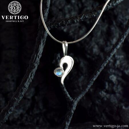 Srebrna polerowana zawieszka w kształcie połówki serduszka z okrągłym kamieniem księżycowym