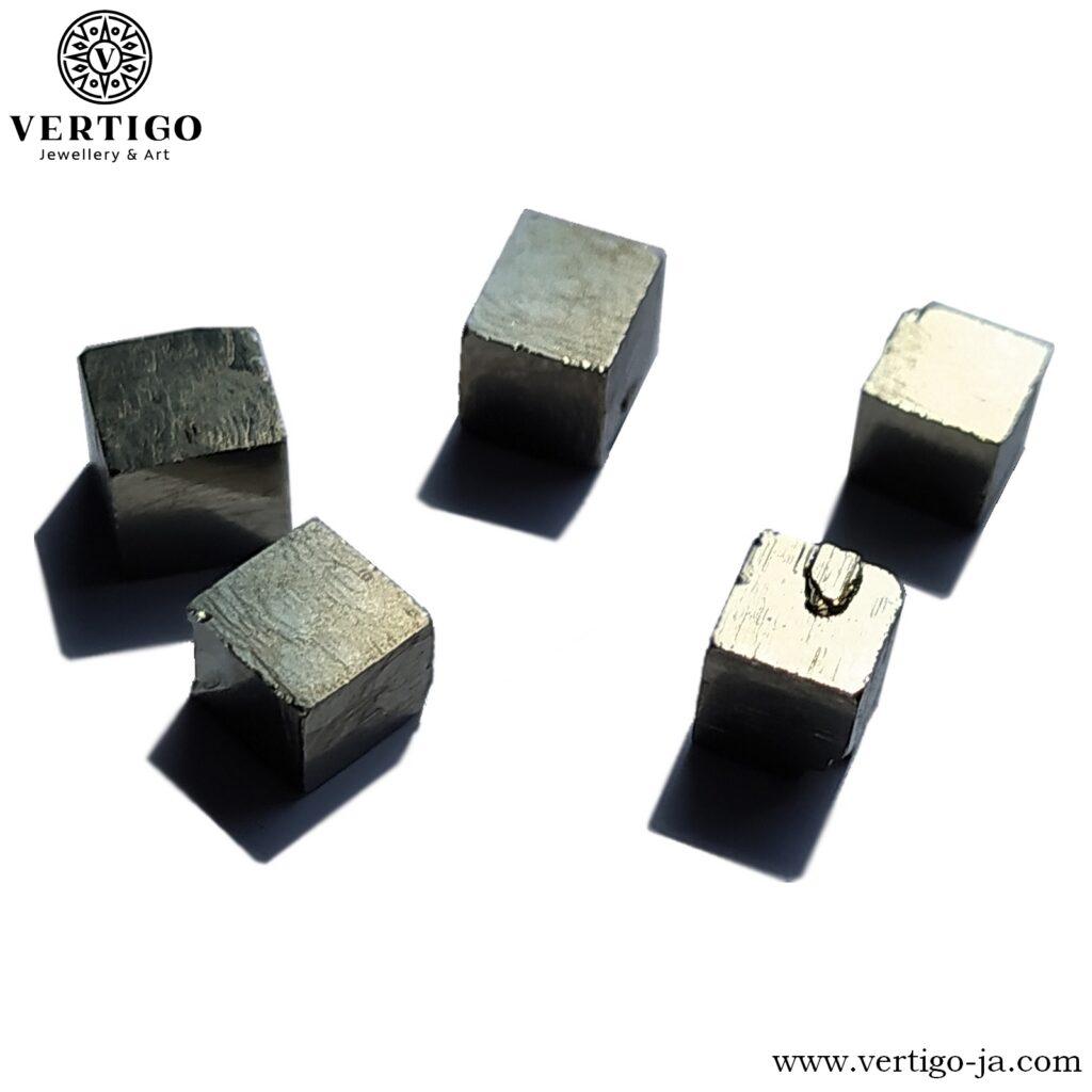 Sześcienne kryształy pirytu - naturalny piryt w postaci kostek