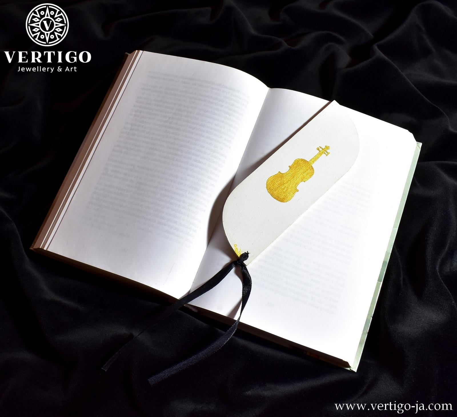 Tył drewnianej zakładki do książki z 5-linią z nutami. Złote skrzypce na białym tle. Ozdobna czarna wstążka.