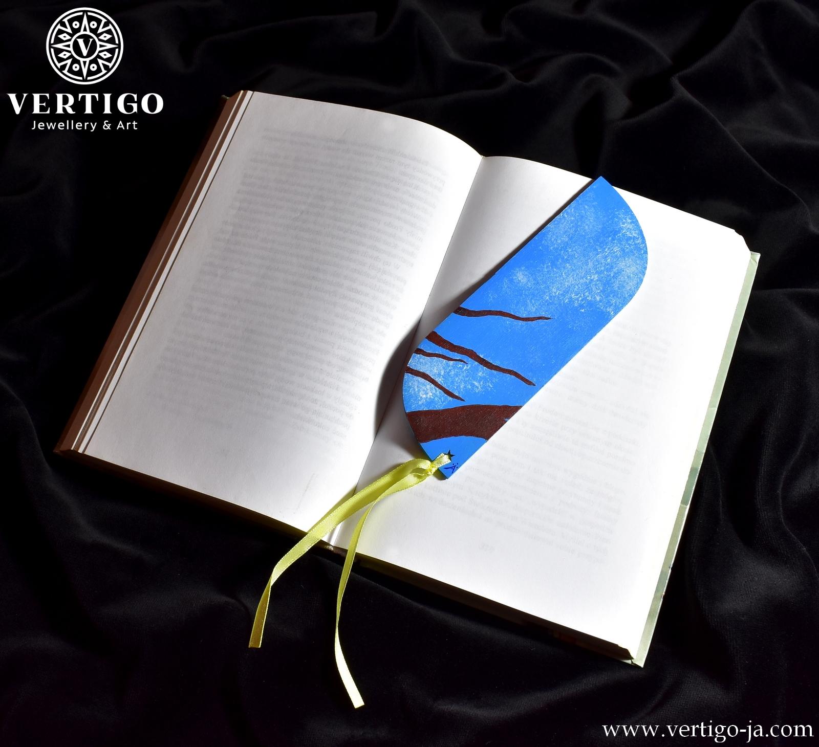 Tył drewnianej zakładki do książki dla dzieci z ptaszkiem - gałęzie na tle nieba. Żółta wstążka