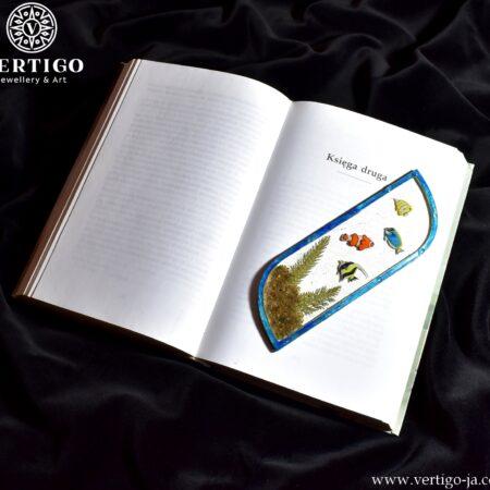 Zakładka do książki z żywicy z kolorowymi rybkami, piaskiem i roślinkami w drewnianej, niebieskiej ramce