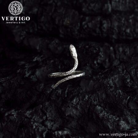 Srebrny regulowany pierścionek w kształcie węża - żmii zygzakowatej - o polerowanej powierzchni