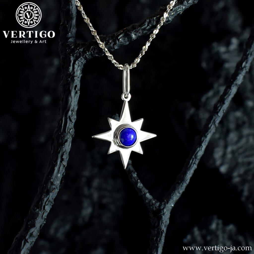 Srebrny wisiorek 8-ramienna gwiazda z naturalnym lapis lazuli pośrodku.