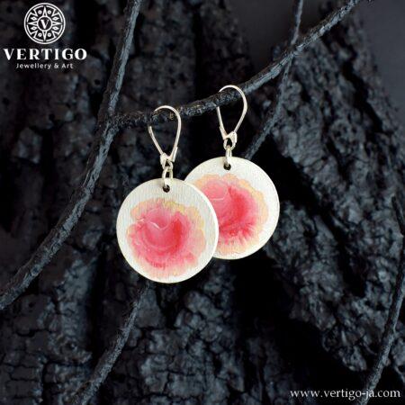 Drewniane okrągłe kolczyki w różowe róże na białym tle - srebrne zapięcia