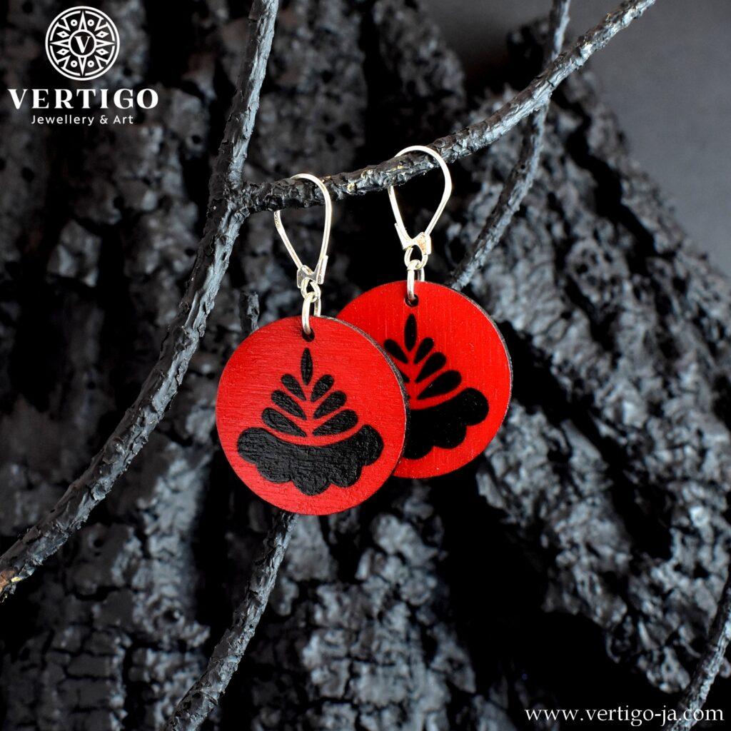 Drewniane czerwone kolczyki z czarnym kwiatowym wzorem ludowym