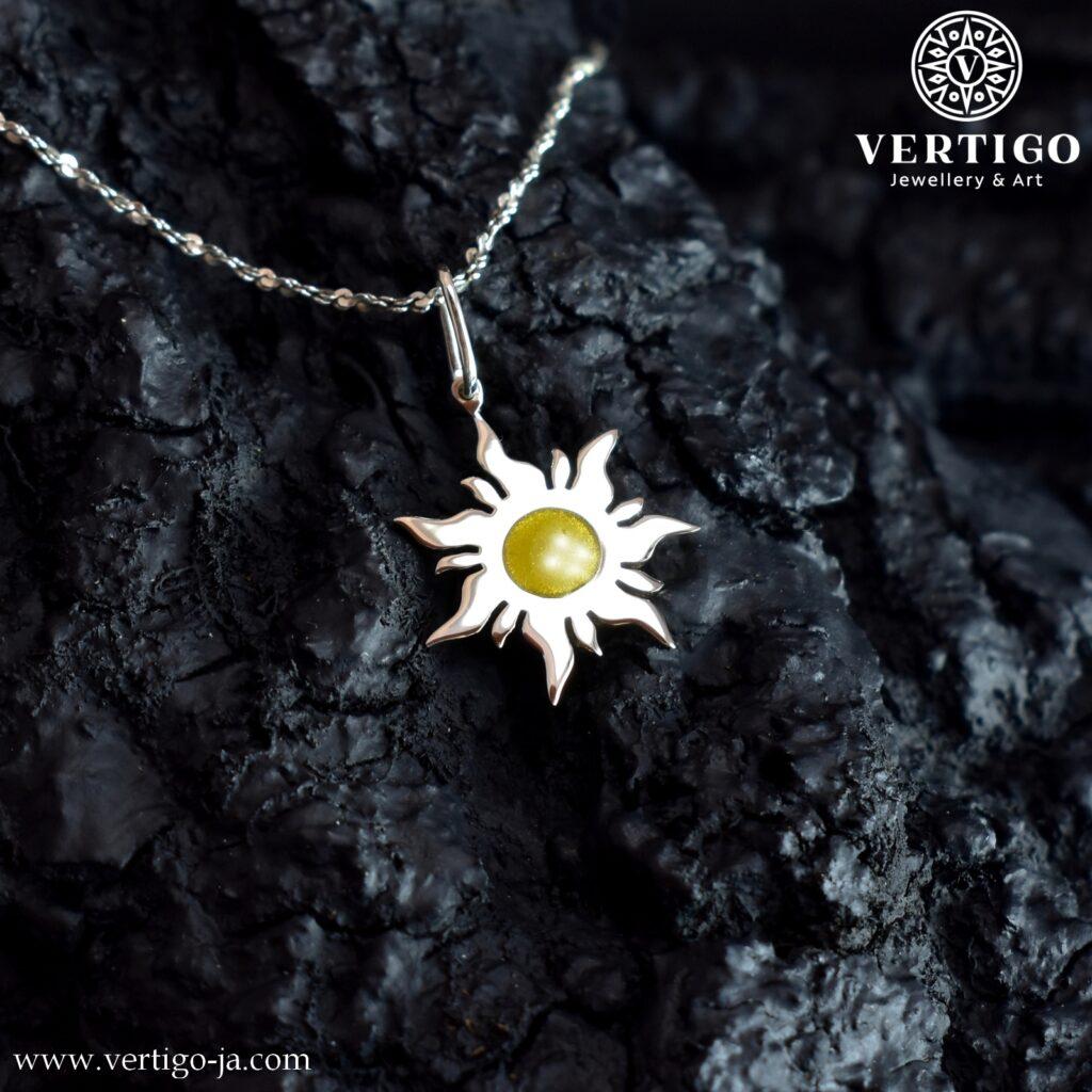 Polerowana, srebrna zawieszka ze Słońcem z perłową żółtą żywicą - handmade