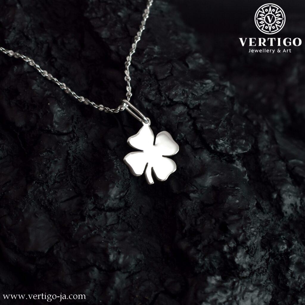 Srebrny wisiorek z koniczynką o 4 liściach - polerowana zawieszka