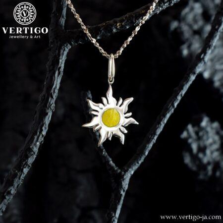 Polerowany srebrny wisiorek ze słoneczkiem z żółtą żywicą - wisiorek handmade