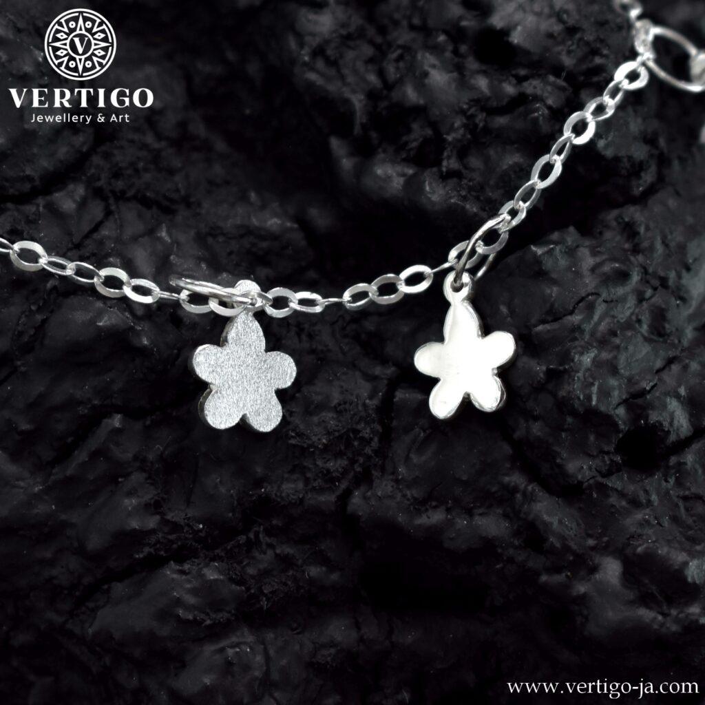 Kwiatuszki na srebrnej bransoletce - polerowany i diamentowany
