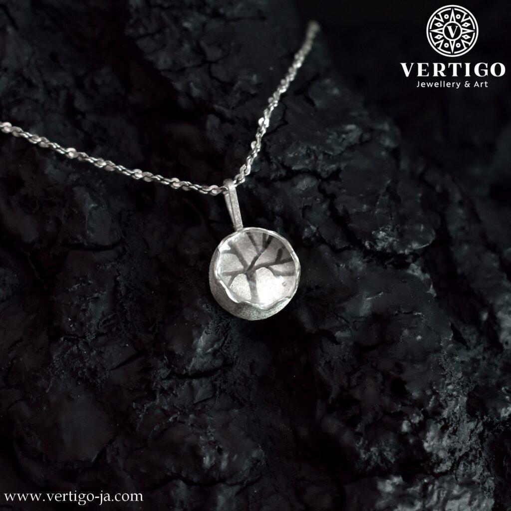 Okrągła zawieszka z kryształem górskim i drzewem widocznym przez kamień Ag 0,925 - diamentowana powierzchnia