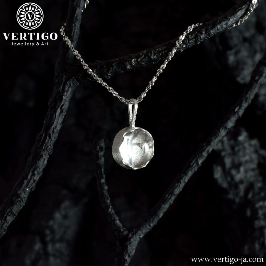Srebrna, okrągła zawieszka z kryształem górskim - handmade - spod kryształu widać ażurowe drzewko