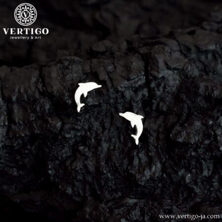 Srebrne kolczyki delfinki o diamentowanej fakturze zapinane na wkrętki