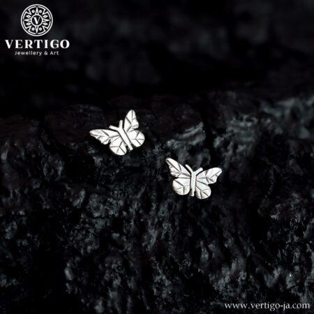Srebrne kolczyki motylki zapinane na zatyczki o polerowanej powierzchni i ciemnym wzorze na skrzydłach