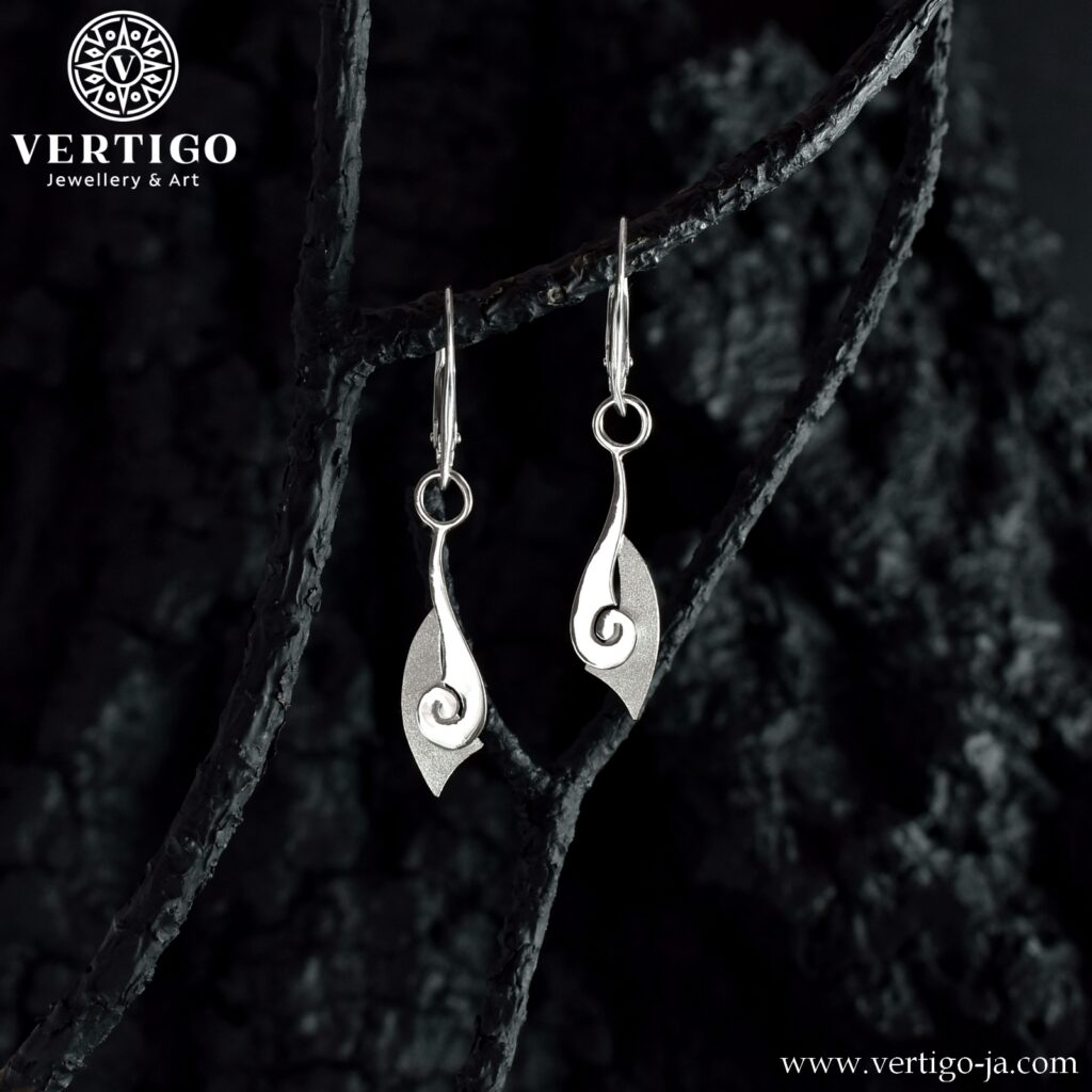 Wiszące srebrne kolczyki o abstrakcyjnym kształcie - 2 faktury: polerowana i diamentowana