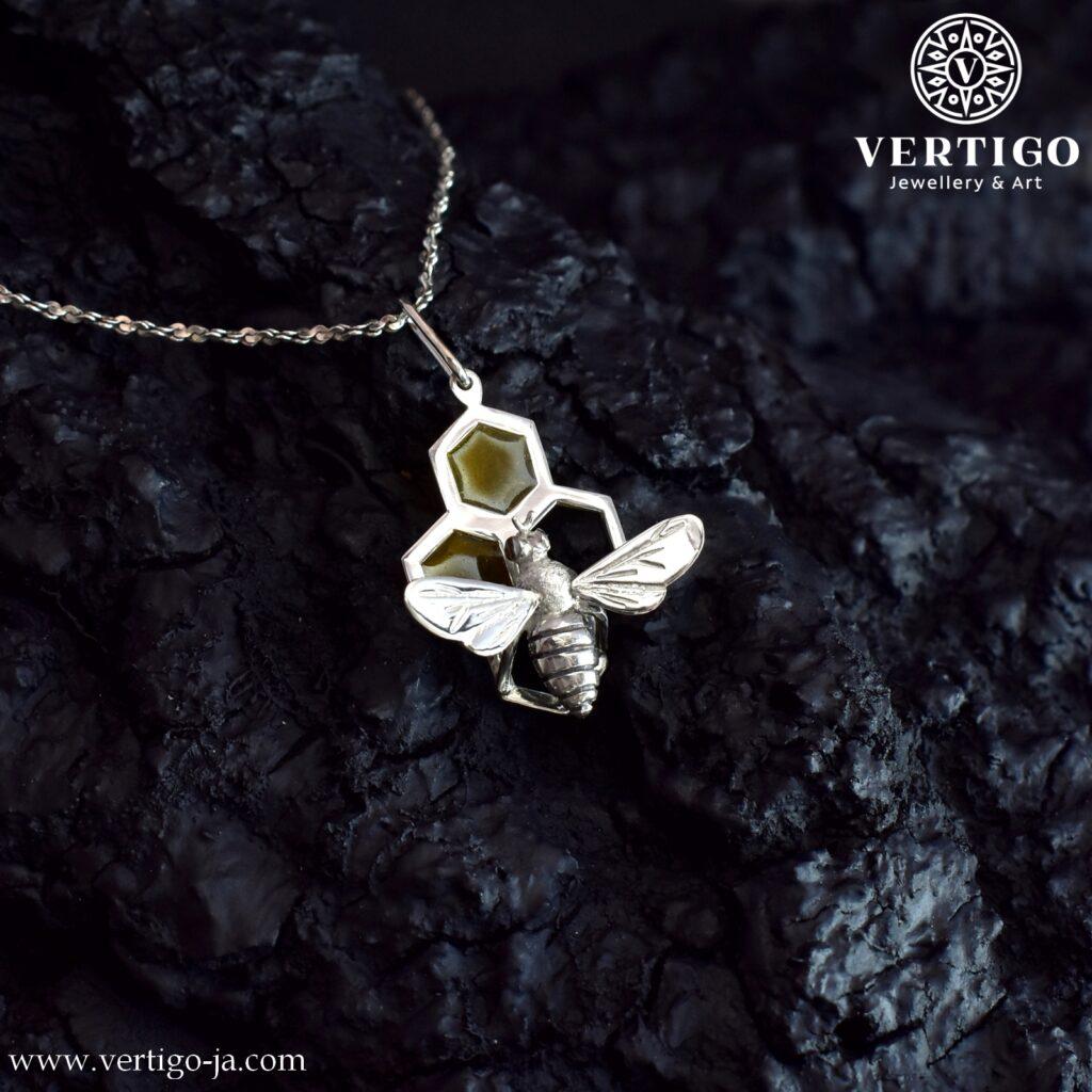 Srebrny wisiorek z pszczołą - Ag 0,925 i żółta żywica. Przestrzenna pszczoła na częściowo wypełnionym plastrze miodu